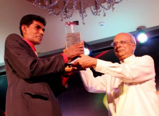 I S W Karunathilaka recieving the Ray Award 2012 from Prof Tissa Witharana